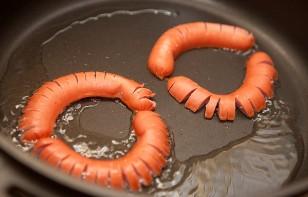 Ромашка из сосиски и яйца - фото шаг 3