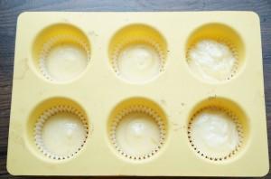 Капкейки с кремом внутри - фото шаг 9