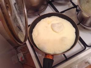 Яйца с молоком на сковороде - фото шаг 6