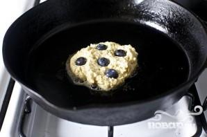 Черничные оладьи с йогуртом - фото шаг 3