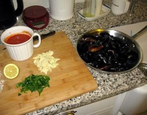 Мидии в томатном соусе - фото шаг 1