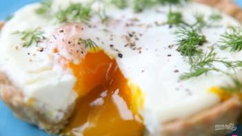 Яйцо, запеченное в сметане - фото шаг 6