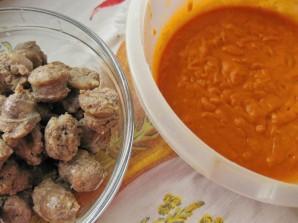 Колбаски с томатным соусом и картофелем - фото шаг 5