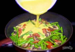Яичница со спаржей и овощами - фото шаг 5