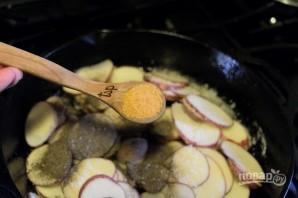 Жареная картошечка с луком - фото шаг 6
