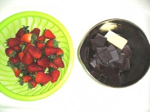 Клубника в черном шоколаде - фото шаг 1