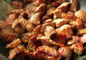Свинина кусочками на сковороде с луком - фото шаг 1