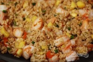 Тайский рис с креветками в ананасе - фото шаг 6