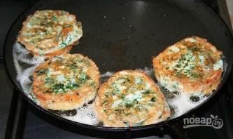 Гренки с сыром и яйцом на сковороде - фото шаг 6