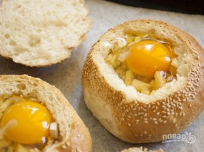 Яичница в булочке - фото шаг 4