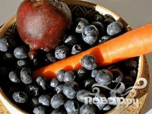 Витаминный напиток из свеклы, моркови и черники - фото шаг 1