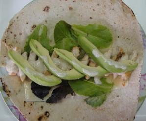 Рулет из тортильи с курицей и авокадо - фото шаг 3