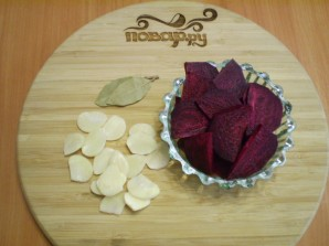 Маринованная капуста со свеклой и чесноком - фото шаг 2