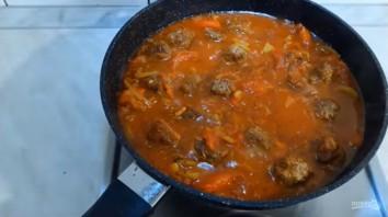 Спагетти с мясными фрикадельками в овощном соусе - фото шаг 4