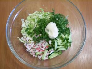 Капустный салат с крабовыми палочками - фото шаг 3