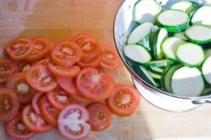Кабачки, запеченные с чесноком и помидорами - фото шаг 2