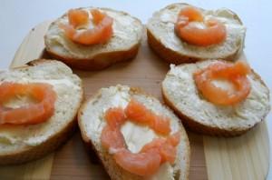 Маленькие бутерброды с семгой - фото шаг 3