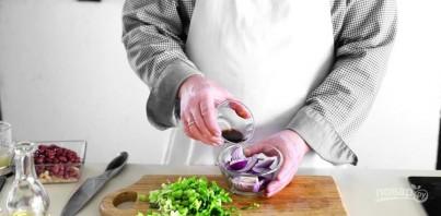 Салат с красной фасолью и кириешками - фото шаг 2