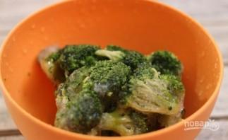 Брокколи под сырным соусом - фото шаг 1