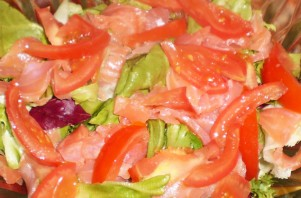 Простой салат с семгой слабосоленой - фото шаг 3