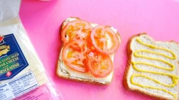 Бутерброд с ветчиной и помидорами - фото шаг 2