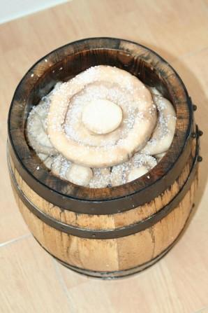 Грузди, соленые в бочке - фото шаг 3