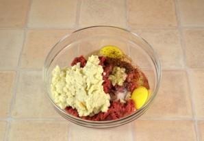Котлеты в духовке с помидорами - фото шаг 3