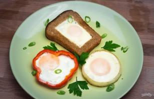 Яичница в хлебе, перце и луке - фото шаг 4