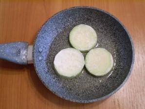 Кабачки, жареные с чесноком и помидорами - фото шаг 5