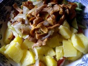 Салат с лисичками и картофелем - фото шаг 3