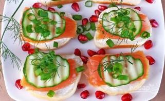 Бутерброды с красной рыбой и огурцом - фото шаг 6