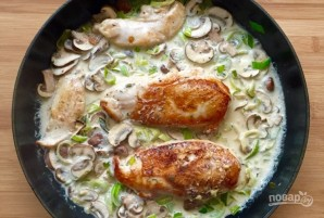 Куриное филе с луком-пореем и грибным соусом - фото шаг 4