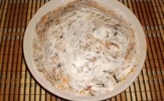 Слоеный салат со шпротами и сыром - фото шаг 7