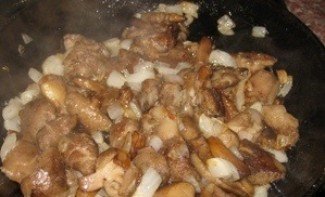 Маслята, жареные с луком - фото шаг 6