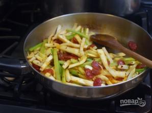 Жареный корень сельдерея с колбасками - фото шаг 7