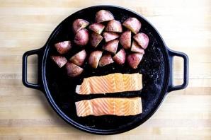 Красная рыба с картошкой в духовке - фото шаг 4