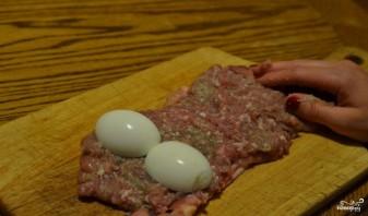 Мясной рулет с яйцом - фото шаг 5