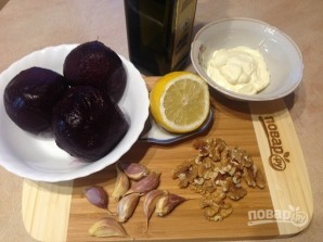 Свекольный салат с чесноком и орехами - фото шаг 1