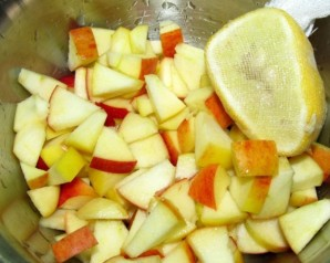 Салат с капустой, яблоками и брюссельской капустой - фото шаг 2