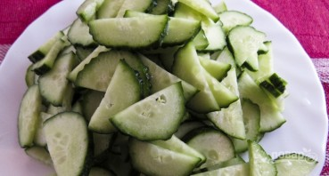 Салат из свежей капусты с огурцами - фото шаг 2