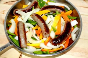 Колбаски с луком и перцем - фото шаг 3