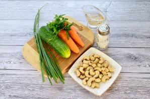 Пикантный салат из огурцов и моркови - фото шаг 1