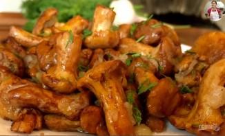 Жареные грибы лисички с чесноком в сливочном масле - фото шаг 6
