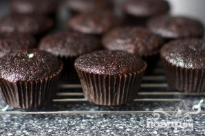 Шоколадные маффины со сливками и вишней - фото шаг 4