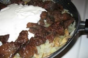 Печень говяжья, тушенная в сметане - фото шаг 8