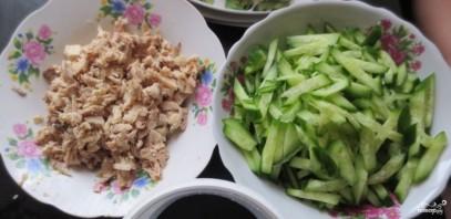 Салат с курицей, и грибами, и огурцами - фото шаг 1