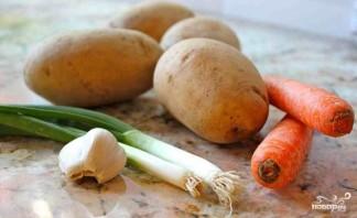 Жареная картошка с луком и морковкой - фото шаг 1