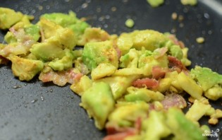 Яичница с авокадо - фото шаг 4