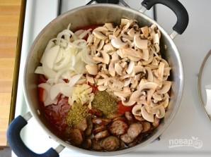 Макароны с сосисками и грибами в томатном соусе - фото шаг 5
