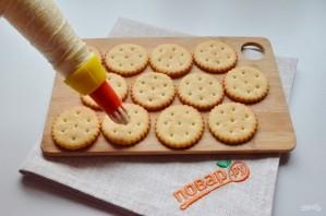 Закуска на крекерах с крабовыми палочками - фото шаг 4